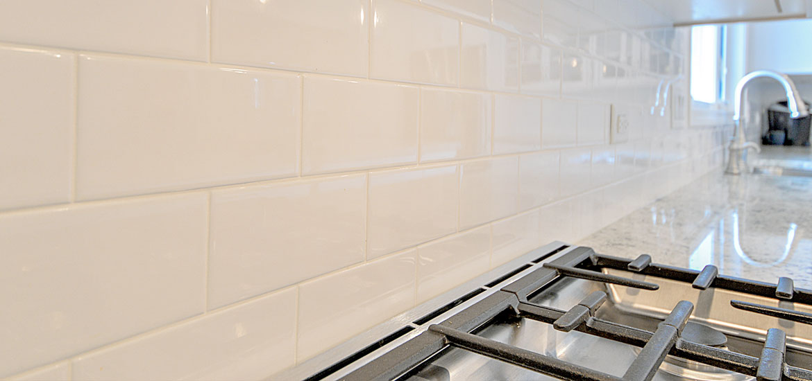 7 Creative Subway Tile Backsplash Ideas for Your Kitchen : kitchen-with-subway-tile - designwebi.com