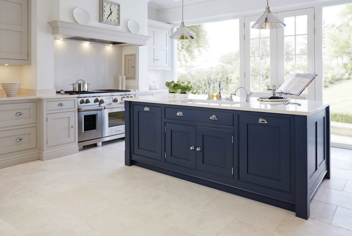 Design trend blue kitchen cabinets 30 ideas to get you for Dark blue kitchen paint