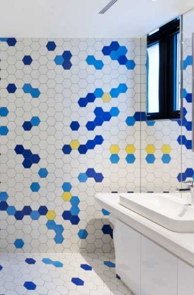 In case you have passed on using hexagonal tiles for remodeling tasks since you believed they look dated or vintage, you are in for a huge surprise. Designers have revived this particular classic tile into unique brand new styles, which will motivate you to use them out once again. Get ready to be thrilled with large hexagons, subtle wave effects, unique color combinations, and much more. Check out these 23 hexagonal tile ideas to open your senses on the brand new wonders of hexagonal tiles.