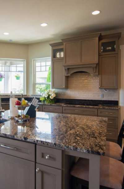 27 Brown Kitchen Cabinet Ideas, What Colors Go With Light Brown Kitchen Cabinets